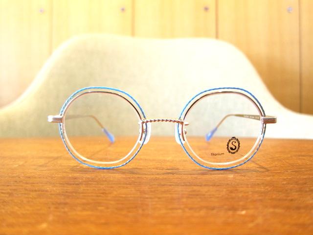 目元を飾る女性のためのメガネ