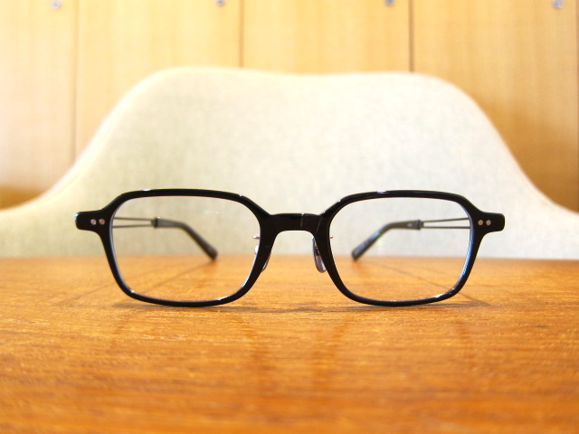 クールに見えて優しい印象の四角メガネ